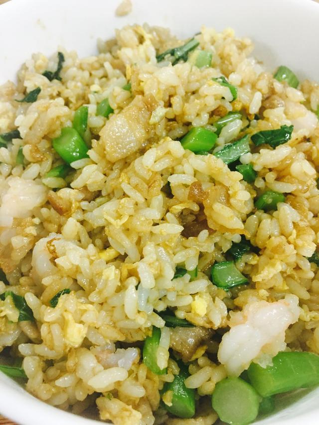 炒米饭的做法,炒米饭这样做最好吃,还没上桌就被抢光,不信你试试!