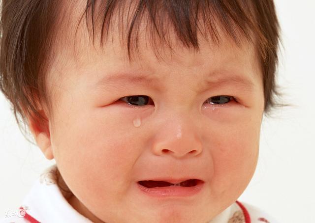 婴儿惊吓,宝宝受到了惊吓别着急,3个简单易学的动作做一做就好了