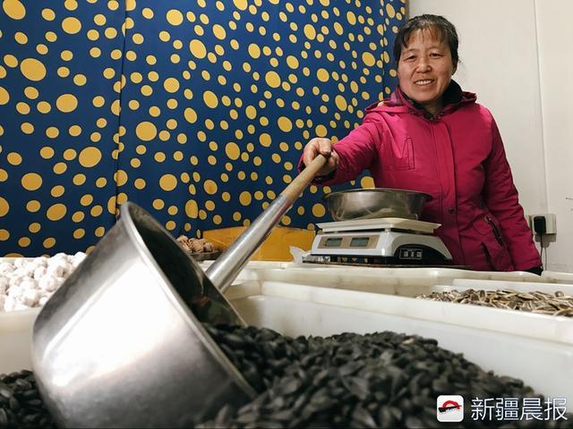 油葵的吃法,这家炒货老店五香小油葵和糖皮花生14年手工造,让你想起儿时味道