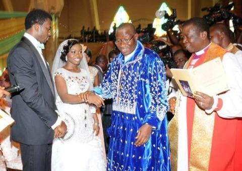 【围观真土豪】尼日利亚总统嫁女,狂送镶金iPhone