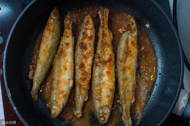 """小鱼怎么做,大厨教你怎么做""""干炸小鱼"""",简单易学还上瘾,香酥又不腥"""