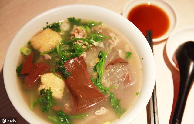 鸭血粉丝汤的做法,正宗的鸭血粉丝汤,可不是用鸭架猪骨熬出来的