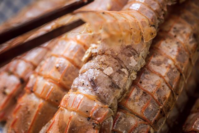 椒盐皮皮虾的做法,椒盐皮皮虾肉质紧实,做法简单味道不一般,趁开海价格便宜过把瘾
