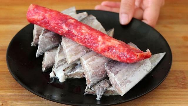 香肠怎么做,这才是带鱼最好吃做法,加1根香肠,我家一周吃5次,上桌就吃光