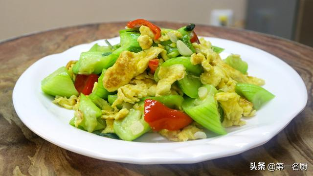 丝瓜的吃法,一根丝瓜,四个鸡蛋,教你在家做丝瓜炒鸡蛋,丝瓜脆嫩鸡蛋鲜香