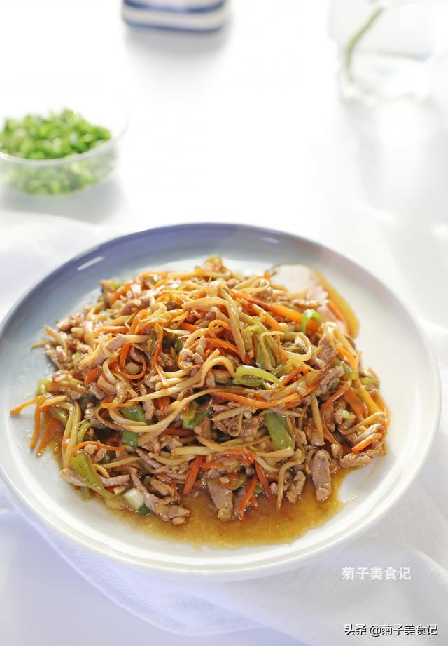 茭白的做法,简单又家常的茭白炒肉丝,清脆爽口,肉质细嫩,好吃但不能多吃