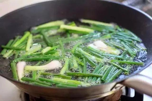 葱油的做法,最正宗葱油熬制方法,做菜加葱油,香味立马翻倍。10秒钟学会