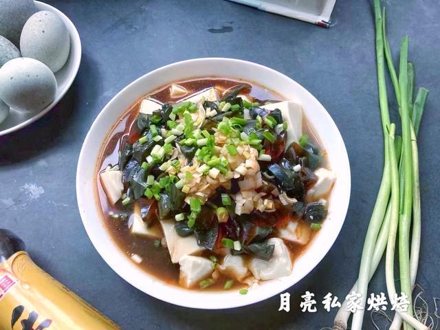 皮蛋豆腐凉拌的做法,皮蛋嫩豆腐做成凉拌菜,清爽开胃,营养美味,10分钟搞定