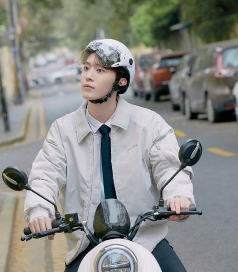 范丞丞图片,范丞丞机车造型出镜,白衬衫+飞行夹克,是你心中的那个少年吗?