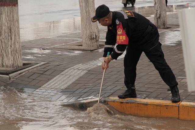 呼和浩特一小区供热管道爆裂,银行地下室被淹 全球新闻风头榜 第1张