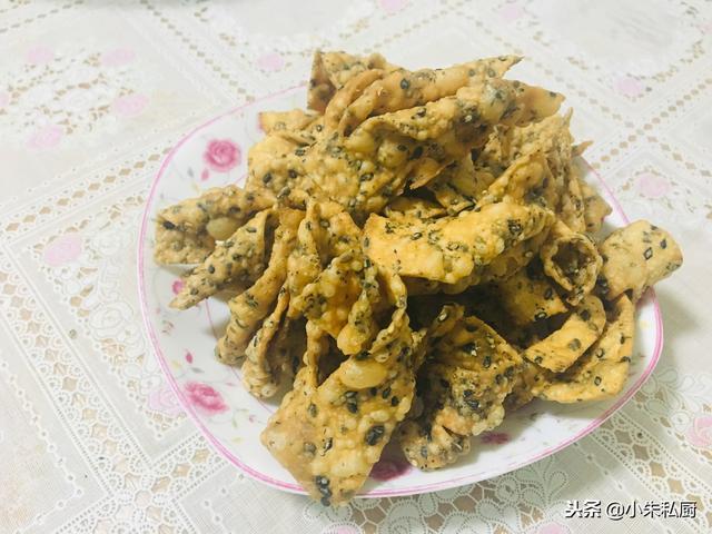 芝麻怎么做,芝麻和面和在一起,擀一擀,嘎嘣嘎嘣香酥脆,北方人过年传统小吃