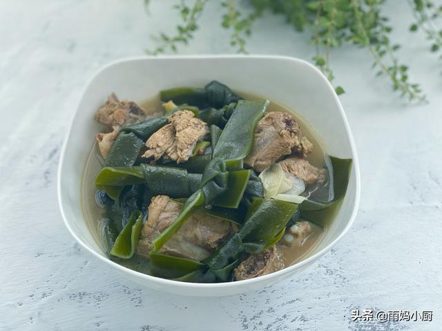海带排骨汤的做法,家常海带结炖排骨时,记得加点它,排骨肉烂脱骨海带软糯更美味