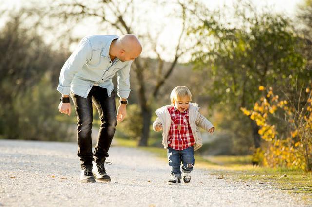 婴儿,12-15个月婴儿的发育,新手爸妈应该做什么?儿科医生的建议