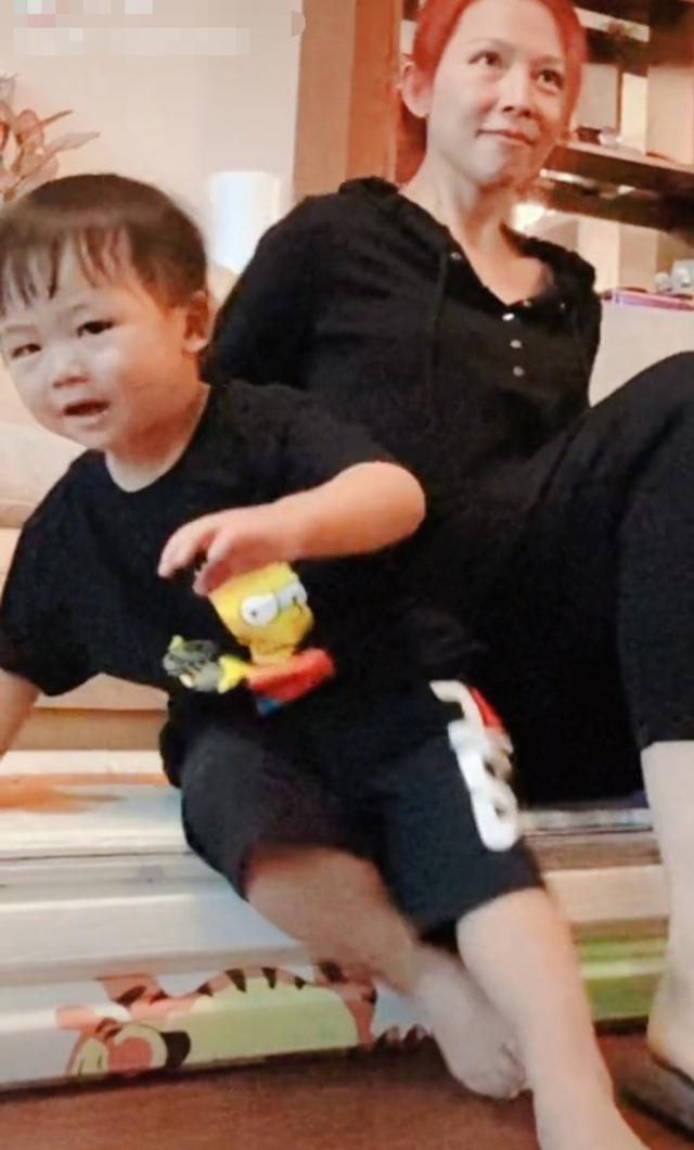 蔡少芬与2岁儿子同框,素颜出镜变化大,豪华客厅曝光一柜酒吸睛 全球新闻风头榜 第2张