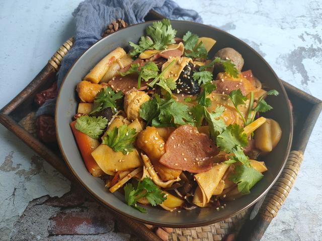 麻辣香锅的做法,原来麻辣香锅的做法这么简单,有两种调料就能做,麻辣鲜香真解馋