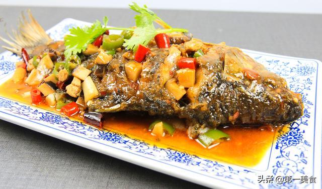 干烧的做法,年夜饭鲫鱼别炖汤了,厨师长分享干烧鲫鱼做法,肉质细嫩鲜香