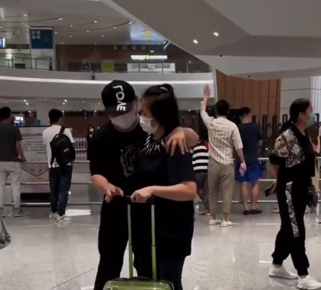 岳云鹏深夜亲自去机场接媳妇,当众索吻却被嫌弃,一路打闹秀恩爱 全球新闻风头榜 第2张