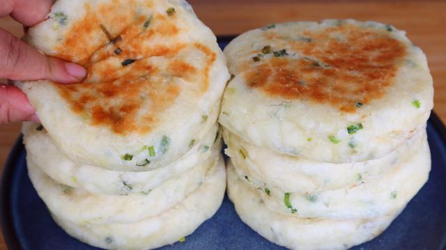 发面饼怎么做又软又香,外面卖的葱香发面饼做法原来这么简单,暄软美味,葱香浓郁,解馋