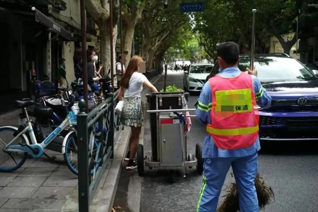 上海菜市场外,女子将新买的芹菜扔到垃圾桶,只留下了品牌纸袋 全球新闻风头榜 第6张