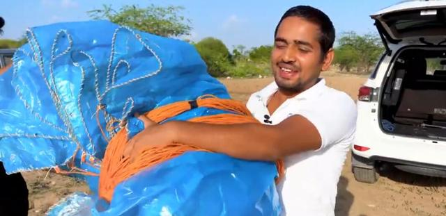 降落伞怎么做,印度大叔自制全球最大降落伞!使用时场面一度失控,网友:悲剧了