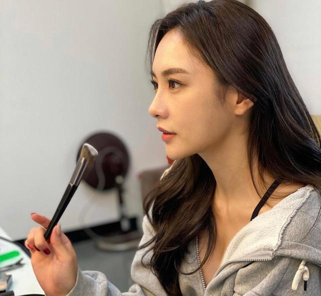 韩街上高颜值身材苗条的女孩数不胜数