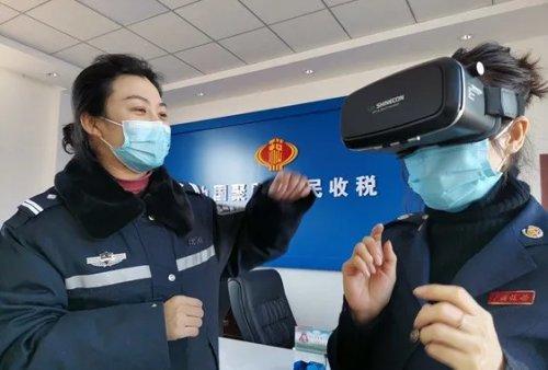 """vr驾驶,铁岭县村民第一次体验VR虚拟酒驾,""""一刹那,我还真以为肇事了"""""""