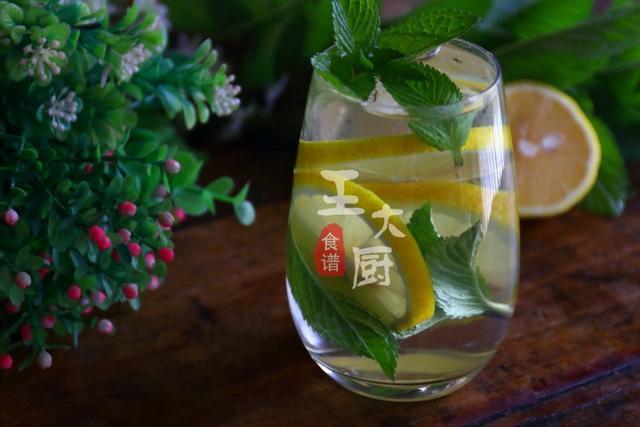 苏打水怎么做,天气太热,教你自制一杯清凉提神的薄荷柠檬苏打水,清爽又解暑