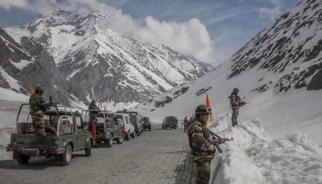 中印边境最新消息,印军5万精锐在中印边境集结,解放军71、77集团军都有相应行动