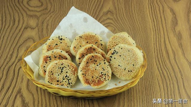 烧饼的做法,很家常的小烧饼,掌握两个方法即可,做法用料都简单,好吃又精致