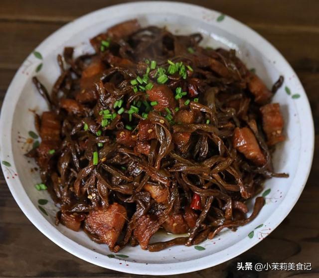 豆角怎么做,每年入冬,老妈都晒几十斤这菜干,囤起来,天冷炖肉吃又香又暖和