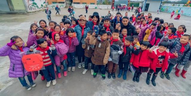 吴雅思,影视艺人吴雅思携爱心公益团队到我县送温暖
