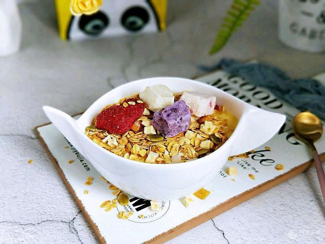 蓝莓干的吃法大全集,芒果酸奶水果干麦片 10分钟早餐大挑战