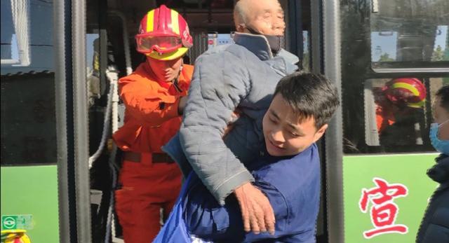 宣城一公交车与渣土车相撞多人被困 消防紧急救援 全球新闻风头榜 第2张