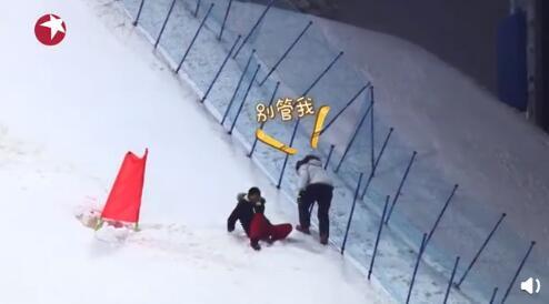 贾乃亮想救岳云鹏却连手都没握上就摔倒,终被小岳岳目送滑下坡,画面凉透了…… 全球新闻风头榜 第5张