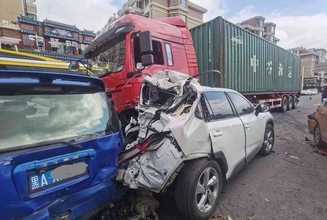 突发!哈尔滨一大货车连撞21车,车祸现场长达1.5公里……