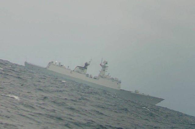 """绿媒又炒作解放军导弹护卫舰穿越""""海峡中线"""",现身台湾浅堆渔场"""