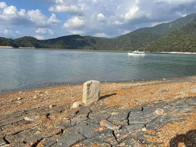 日月潭水位下降约13米,岛内网友又发现一块道光年间墓碑 全球新闻风头榜 第1张