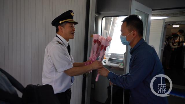 老机长飞行生涯的最后一班岗 收到了42朵鲜花 全球新闻风头榜 第2张
