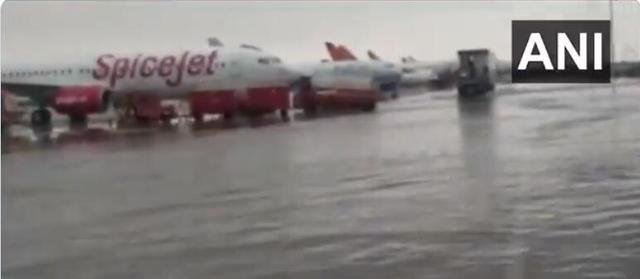 降雨超1000毫米,印度新德里一国际机场被淹 全球新闻风头榜 第2张