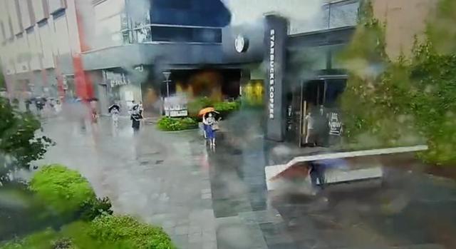 上海一女子上班途中被站立式广告牌砸中,事后送医无生命危险 全球新闻风头榜 第1张