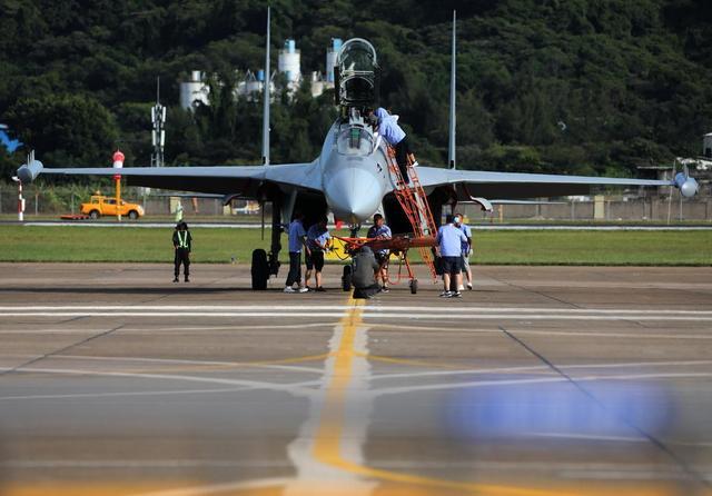 """""""明星""""助阵第十三届中国航展!歼-16D、教-10抵达珠海"""
