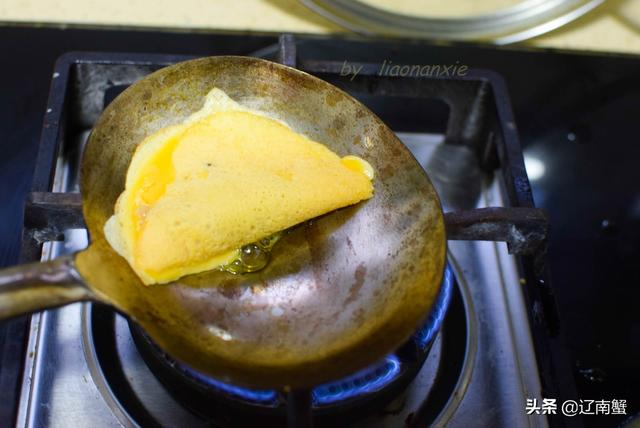 蛋饺的做法,3个鸡蛋1块猪肉,用1把大勺子做成美味蛋饺,孩子特别喜欢