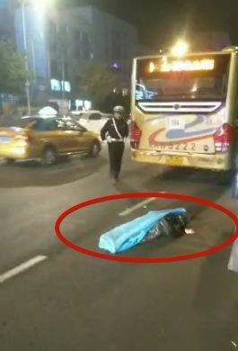 女子追赶公交车,摔倒后被公交车碾压当场身亡