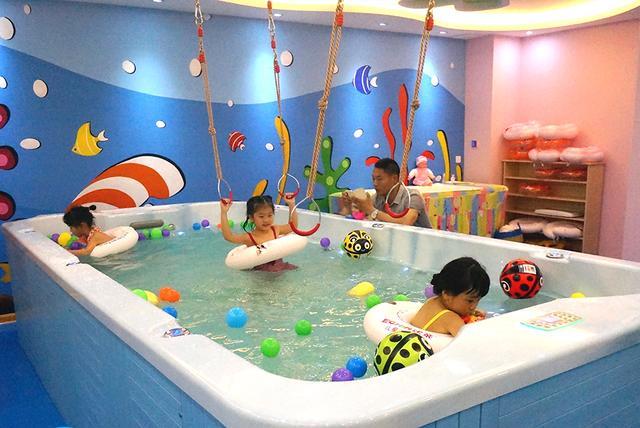 伊亲婴儿游泳馆,秋季带孩子游泳最容易忽略的五个要点,严重影响游泳锻炼的效果
