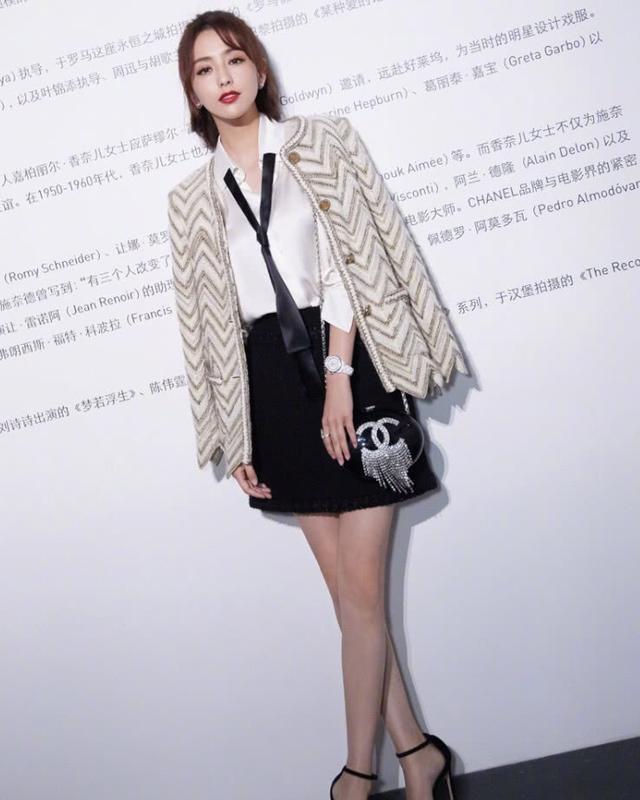 佟丽娅身穿一袭黑色露肩皮裙,时尚又性感,帅气十足 全球新闻风头榜 第5张