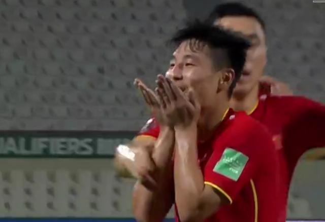 秀恩爱!武磊飞吻+比心送妻子,FIFA+亚足联+西班牙人官方祝贺他
