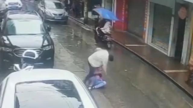 男子当众在街头打女人 医生见义勇为 举棍棒将其击倒