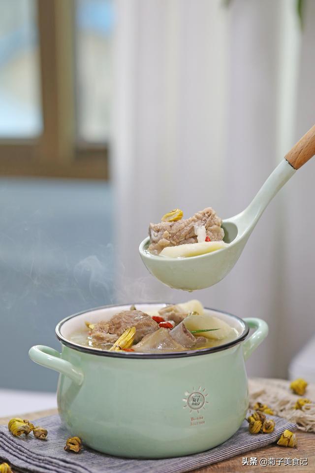 淮山排骨汤的做法,冬天来一锅山药排骨汤,加些铁皮石斛,汤鲜味美,暖身又暖胃