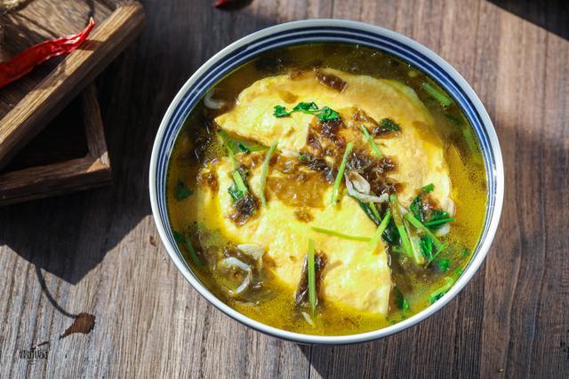 蛋饺的吃法,过年,家家户户都会吃的蛋饺,煎的时候注意两点,一次成功