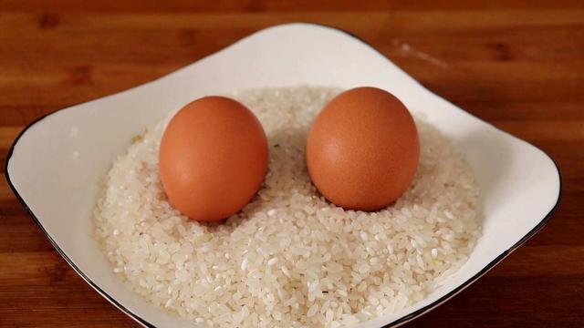 饭的做法,吃了30年大米饭,这做法头一次见,打入2个鸡蛋,全家都喜欢吃